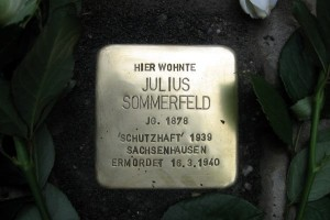 Dieser Stolperstein wurde 2014 gegenüber dem Platz verlegt, der einst Wohn- und Geschäftshaus der Familie Sommerfeld war, der später von den Nazis enteignet und zu einem 'Jüdischen Altersheim' umfunktioniert wurde. Tatsächlich war es die Sammelstelle für Chemnitzer Juden vor dem Abtransport in die Vernichtungslager.